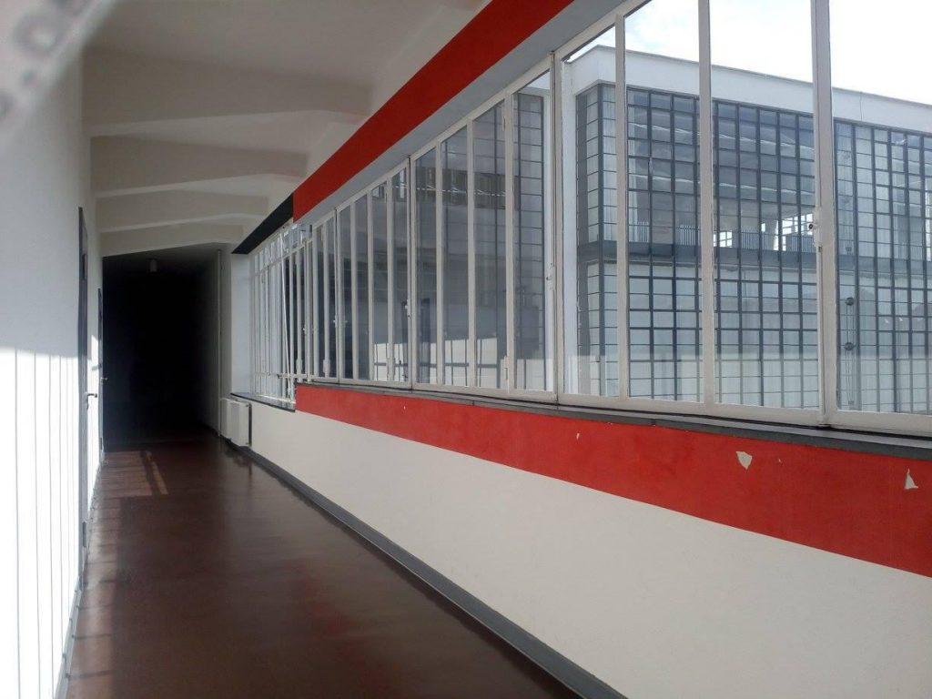 pasillo del edificio de la bauhaus en dessau